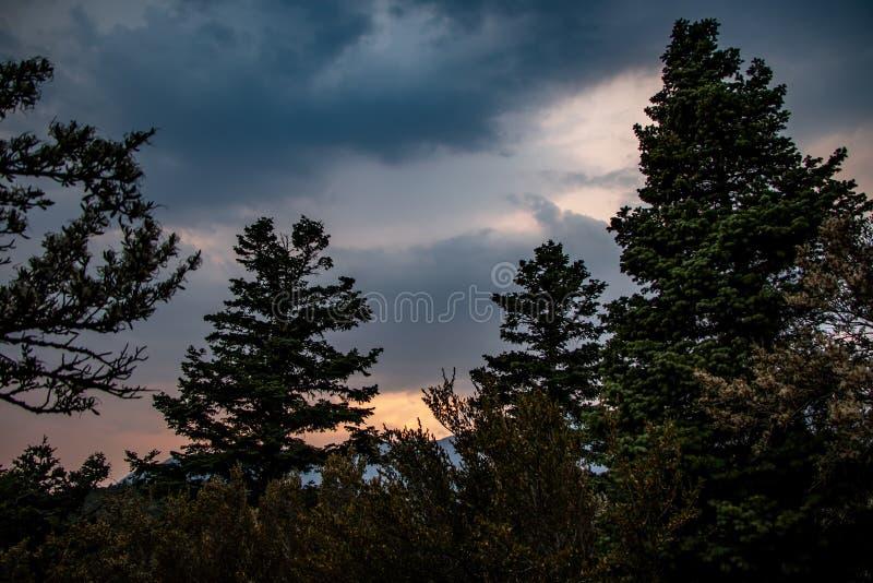 Paysage coloré au coucher du soleil dans les montagnes photographie stock libre de droits