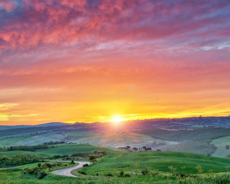 Paysage coloré de la Toscane au lever de soleil photographie stock libre de droits