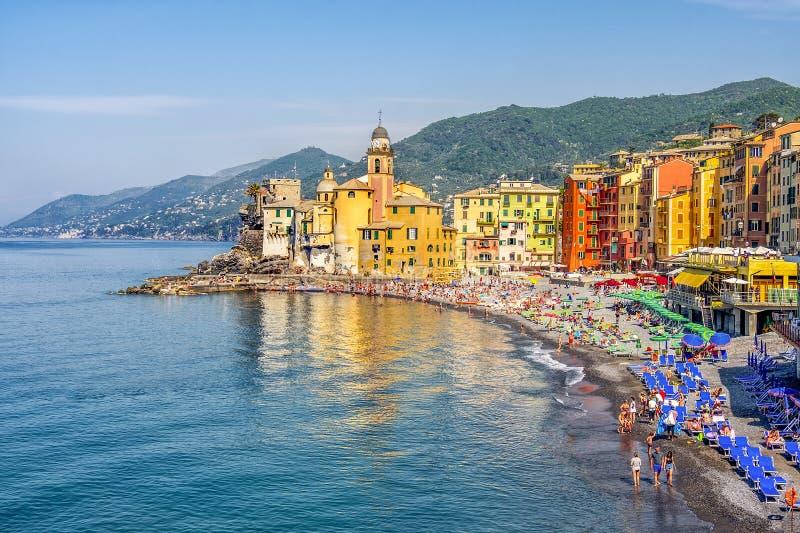 Paysage coloré de plage de la Riviera d'Italien du village de Camogli dans la province de la Ligurie - de Gênes photo stock