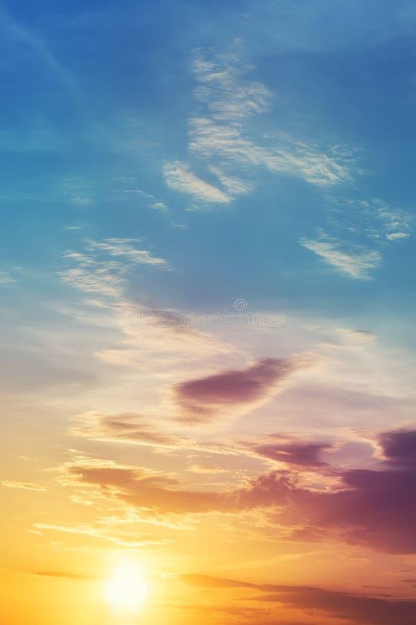 Paysage color? dramatique de coucher du soleil ou de ciel de lever de soleil Beau papier peint naturel de fond d'aube Cloudscape  photo libre de droits