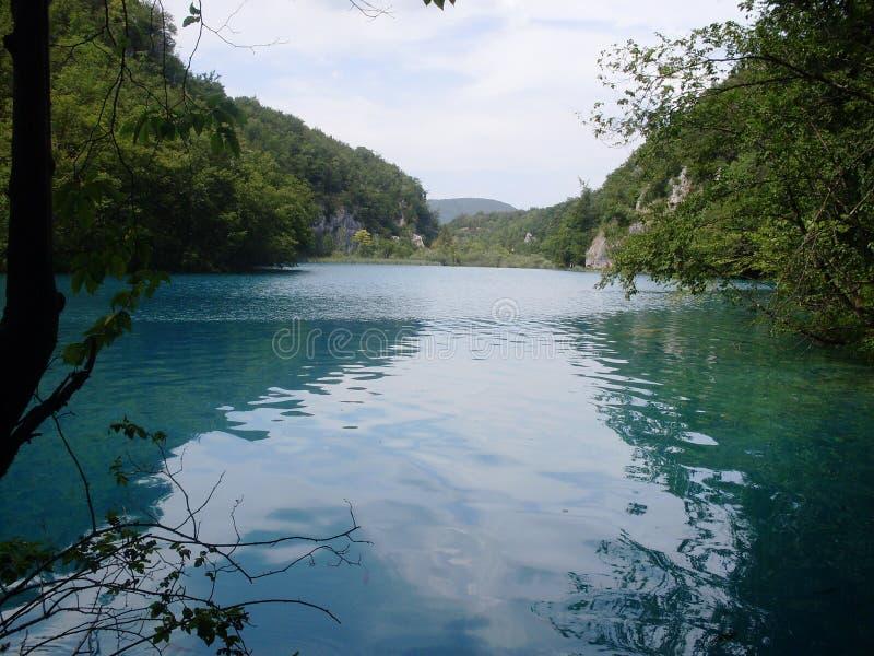 Paysage coloré et vibrant de rivage de lac Paysage tranquille utile comme fond Abaissez le canyon de lacs Lacs Plitvice nationaux photo libre de droits