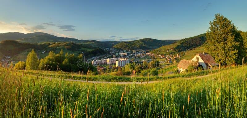 Paysage d'été avec le village, Slovaquie photographie stock libre de droits