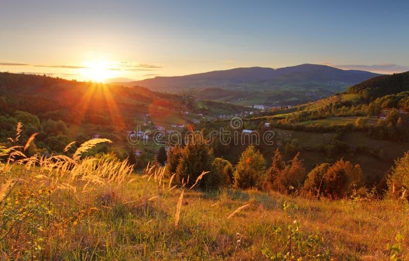 Paysage d'été avec le village, Slovaquie image stock