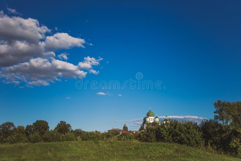Paysage d'été de campagne avec le pré vert, ciel bleu lumineux photos stock