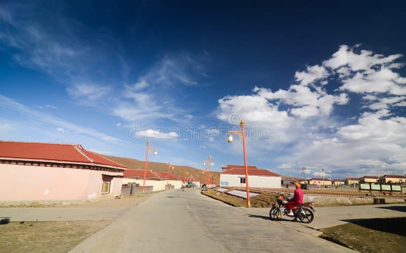 Paysage d'été de village sur le chemin de la route 318 vers le comté de Litang images libres de droits