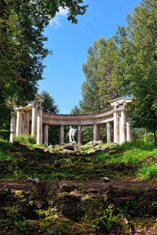Paysage d'été du jardin de Pavlovsk, Apollo Colonnade images libres de droits