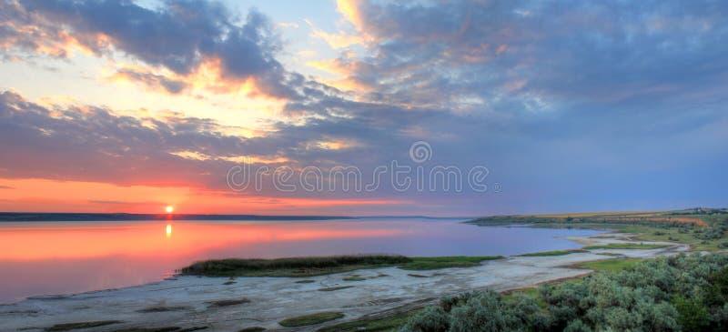 Paysage d'été sur les banques du lac au coucher du soleil images libres de droits