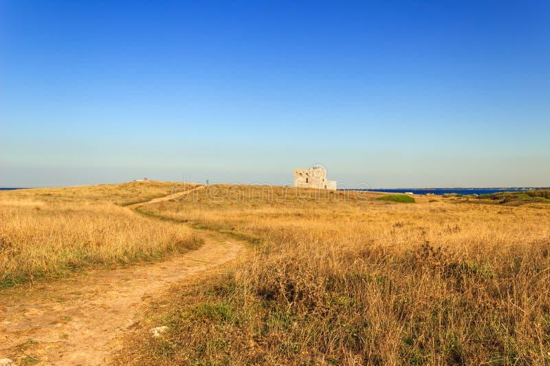Paysage d'été : une réserve naturelle de Torre Guaceto Course de BRINDISI (Pouilles) - ITALIE à tour de guet Maqu méditerranéen photos stock