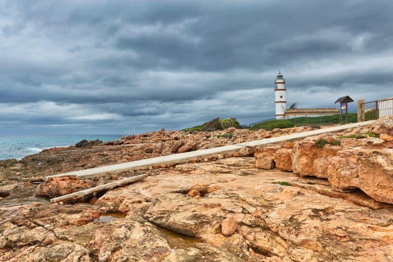 Paysage d'île avec les roches et la mer par temps sombre, phare photos libres de droits