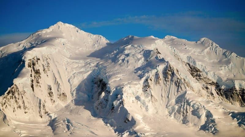 Paysage d'île/Dorian Bay de Wiencke avec les montagnes neigeuses en Antarctique image stock