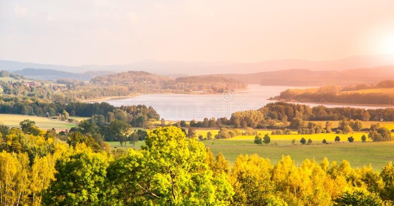 Paysage d'automne au réservoir d'eau de Lipno, parc national de Sumava, Bohême du sud, République Tchèque images libres de droits