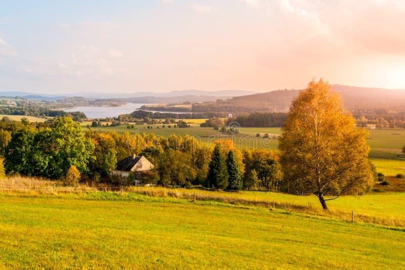 Paysage d'automne au réservoir d'eau de Lipno, parc national de Sumava, Bohême du sud, République Tchèque photographie stock libre de droits