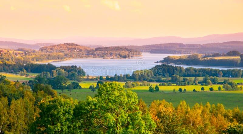 Paysage d'automne au réservoir d'eau de Lipno, parc national de Sumava, Bohême du sud, République Tchèque photo stock