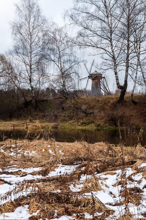Paysage d'automne avec un vieux moulin à vent en bois photographie stock libre de droits