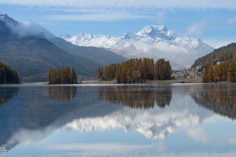 Paysage d'automne d'un lac dans les Alpes suisses de l'Engadine Val photos libres de droits
