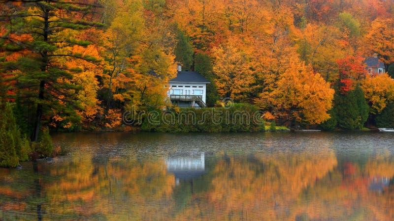 Paysage d'automne dans le côté de pays du Québec photographie stock