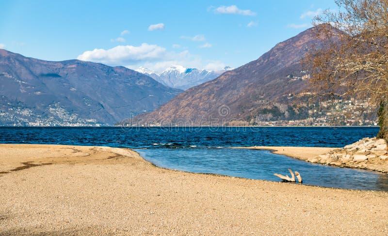 Paysage d'automne de lac Maggiore avec les montagnes suisses à l'arrière-plan image libre de droits