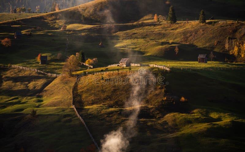 Paysage d'automne de village de Bucovina en Roumanie photographie stock libre de droits