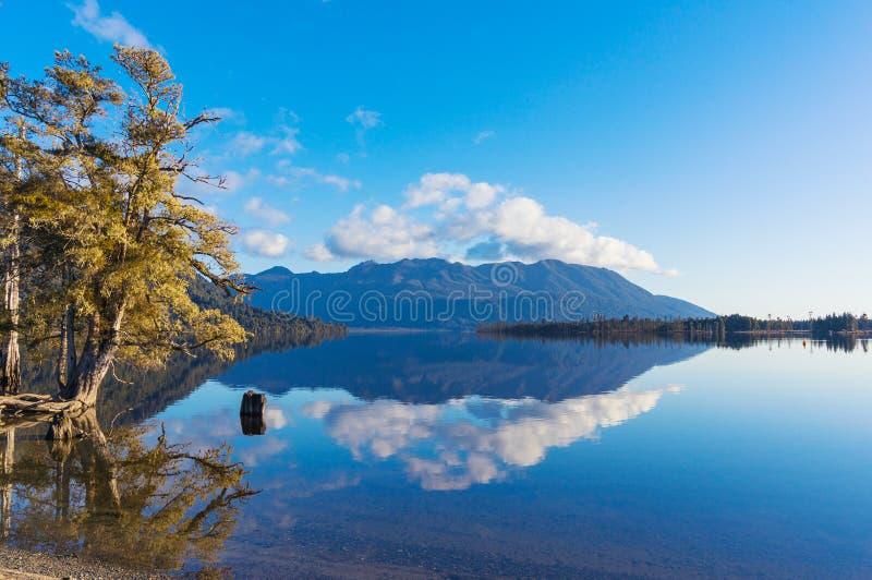 Paysage d'automne reflété dans les eaux de lac photographie stock libre de droits