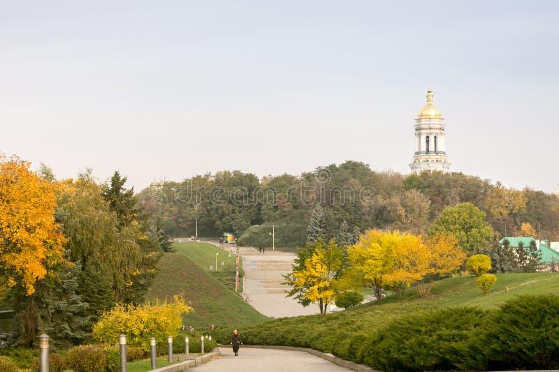 Paysage d'automne, vue de Kiev Pechersk Lavra, église ukrainienne photos stock