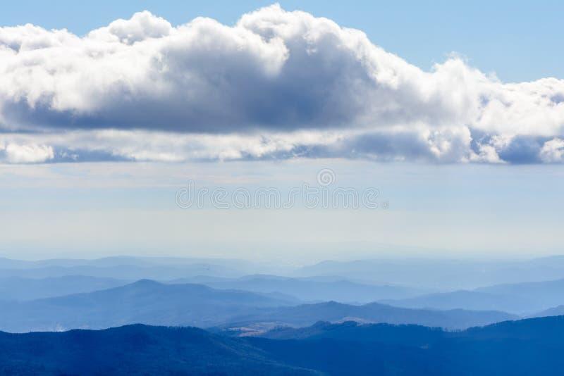 Paysage d'hiver au-dessus des montagnes carpathiennes Beau panorama o photos stock