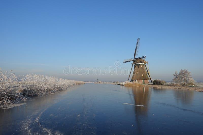 Paysage d'hiver aux Pays-Bas avec le moulin à vent et la glace images stock