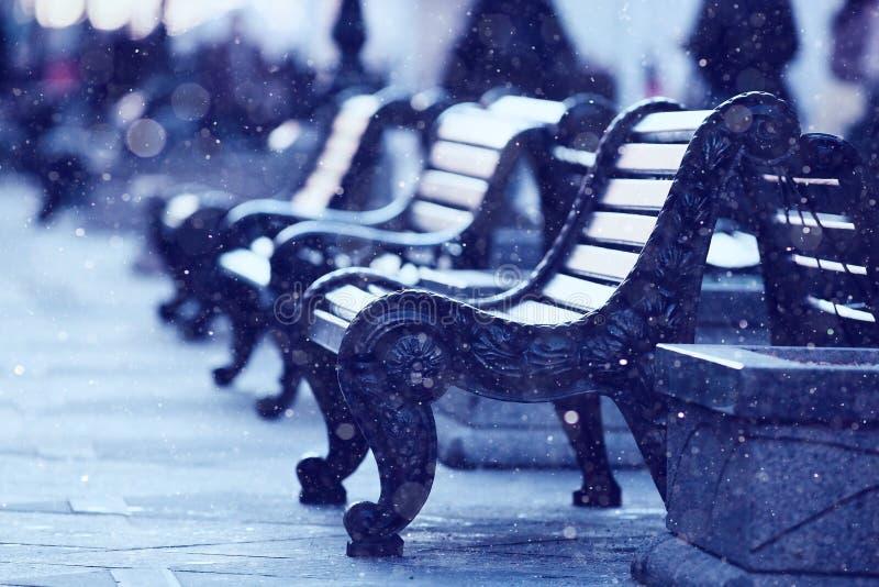 Paysage d'hiver avec des vues de banc de ville image libre de droits