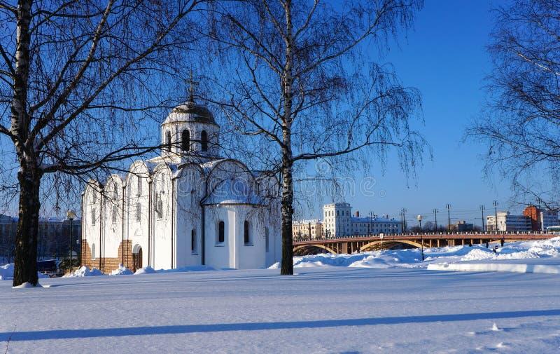 Paysage d'hiver avec l'église au Belarus photos libres de droits