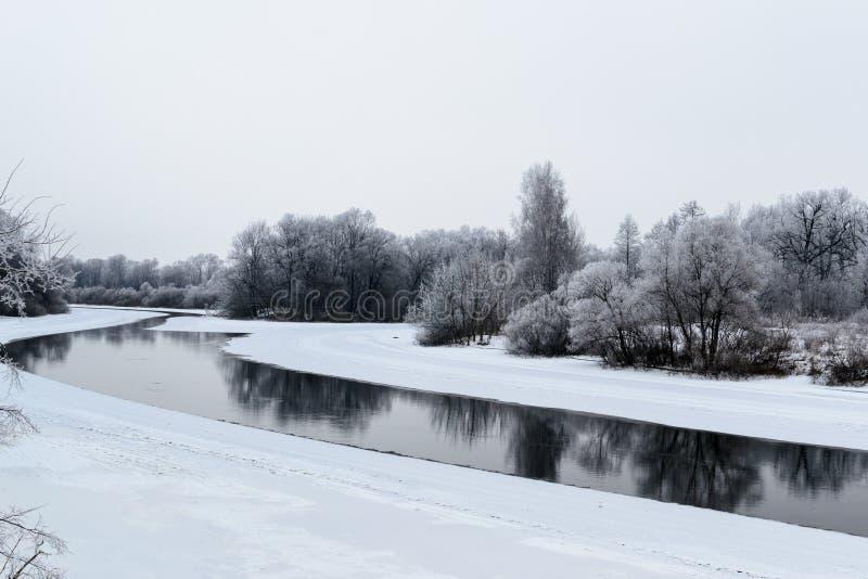 Paysage d'hiver avec la rivière et la neige image libre de droits