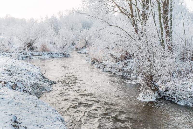 Paysage D'hiver - Arbres Et Rivière Givrés Dans Le Matin Ensoleillé Photo  stock - Image du matin, rivière: 128722864