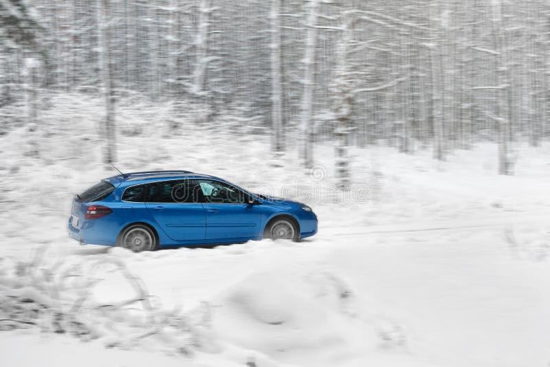 Paysage d'hiver avec la route et la voiture bleue photo libre de droits