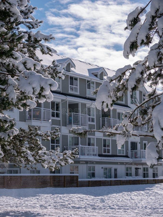 Paysage d'hiver avec le bâtiment résidentiel peu élevé à Vancouver, Canada image libre de droits