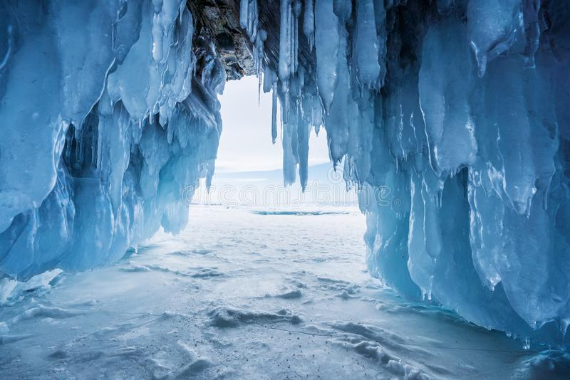 Paysage d'hiver, caverne de glace congelée avec la lumière du soleil lumineuse de la sortie chez le lac Baïkal à Irkoutsk, Russie photos libres de droits