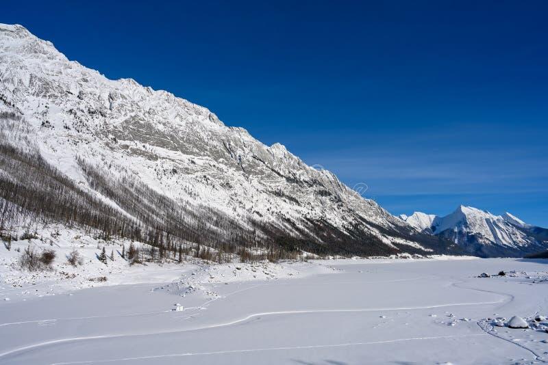 Paysage d'hiver de la médecine gelée de lac entourée par le Canadien les Rocheuses en Jasper National Park, Alberta, Canada photographie stock libre de droits