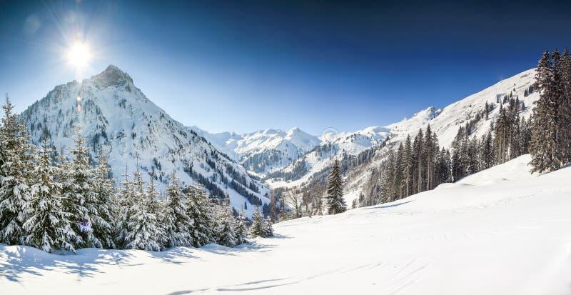 Paysage d'hiver de montagnes avec la neige profonde le jour ensoleillé clair Allgau, Bavière, Allemagne photo libre de droits