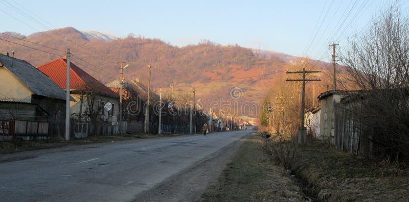 Paysage d'hiver de montagnes carpathiennes avec le ciel bleu, les arbres rouges et les nuages, fond naturel L'Ukraine 2018 photo stock