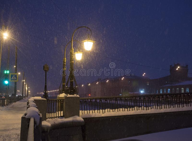 Paysage d'hiver de nuit dans la ville stupéfiante photos libres de droits