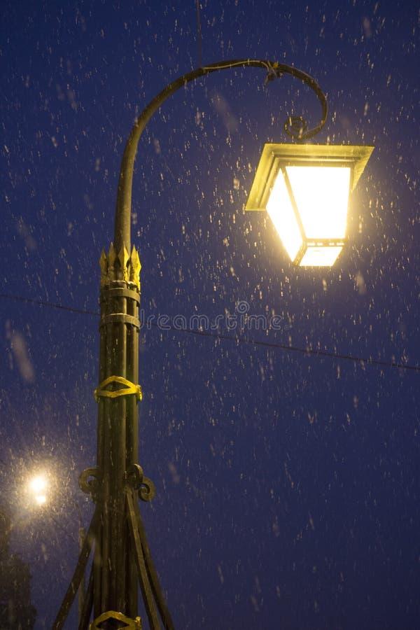 Paysage d'hiver de nuit dans la ville stup?fiante photos stock