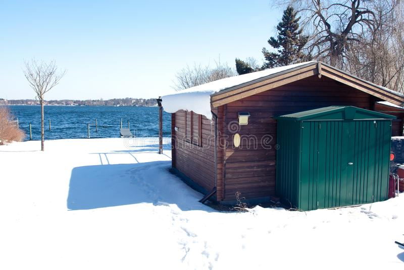 Cottage au lac Wannsee en hiver photographie stock