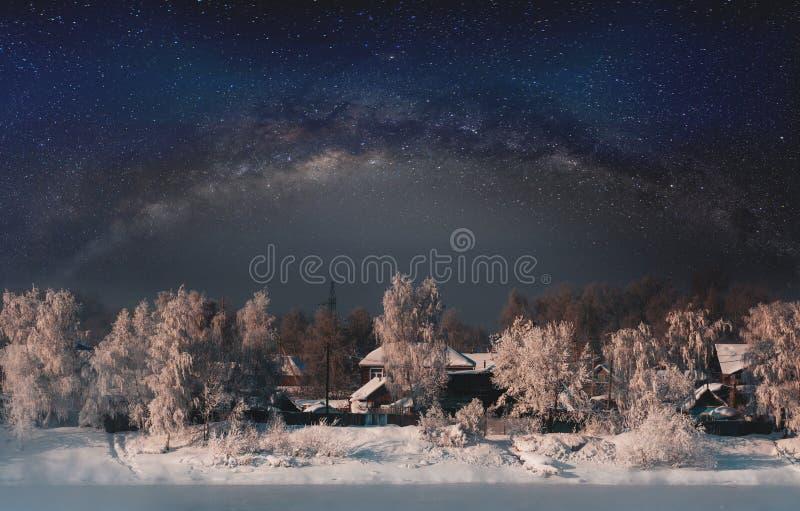 Paysage d'hiver, forêt couverte par la neige de ciel plein des étoiles images libres de droits