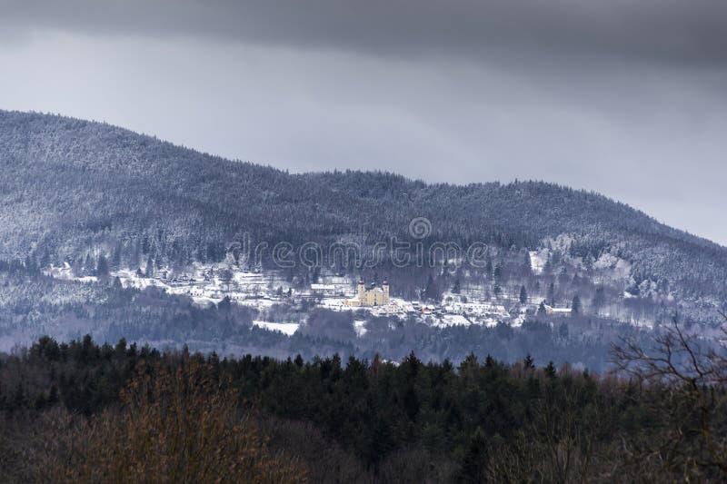 Paysage d'hivers dans les collines image libre de droits