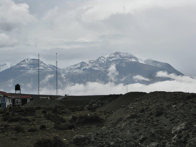 Paysage d'horizon avec les nuages et la neige sur la montagne Arequipa, Pérou images libres de droits