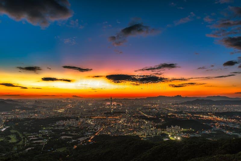 Paysage d'horizon de ville de Séoul la nuit en Corée photos stock