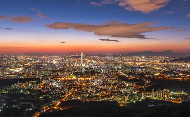 Paysage d'horizon de ville de Séoul la nuit en Corée photographie stock