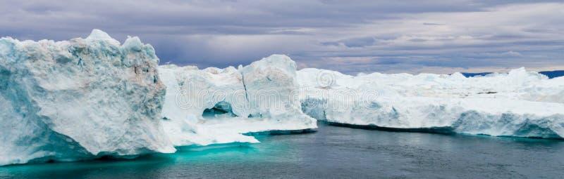 Paysage d'iceberg du Groenland d'icefjord d'Ilulissat avec les icebergs géants photo stock