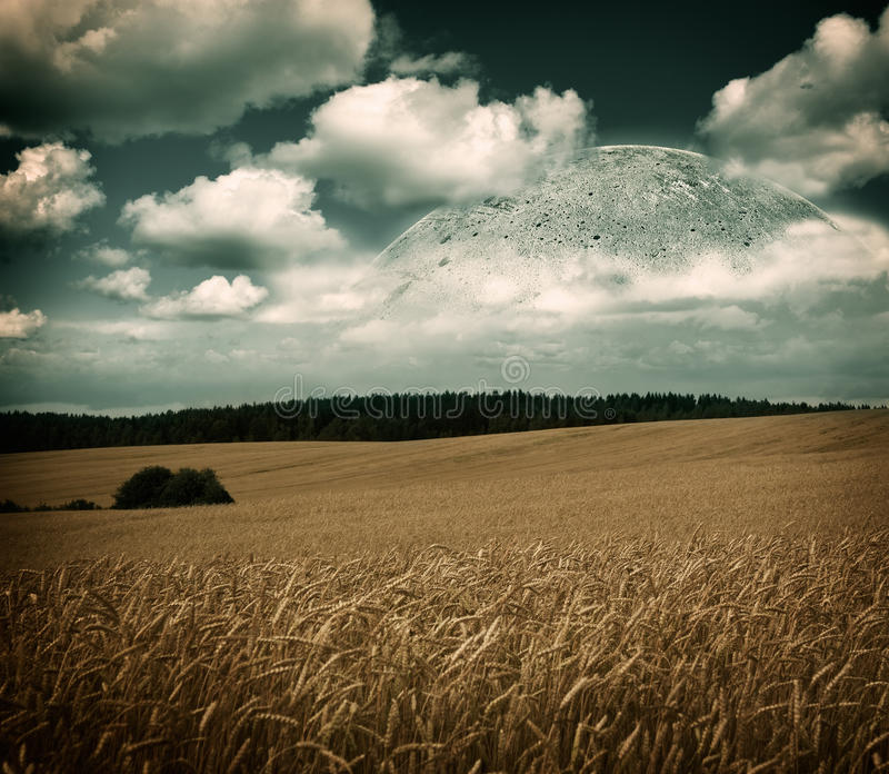 Paysage d'imagination avec le champ, la lune et les nuages photos stock
