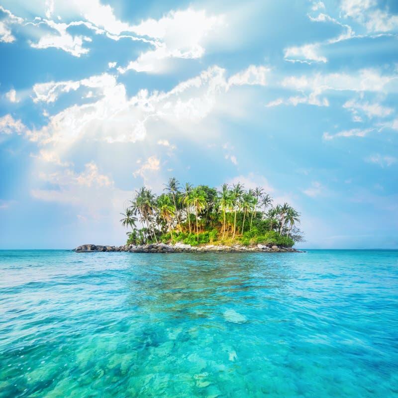 Paysage d'océan avec l'île tropicale thailand photos stock