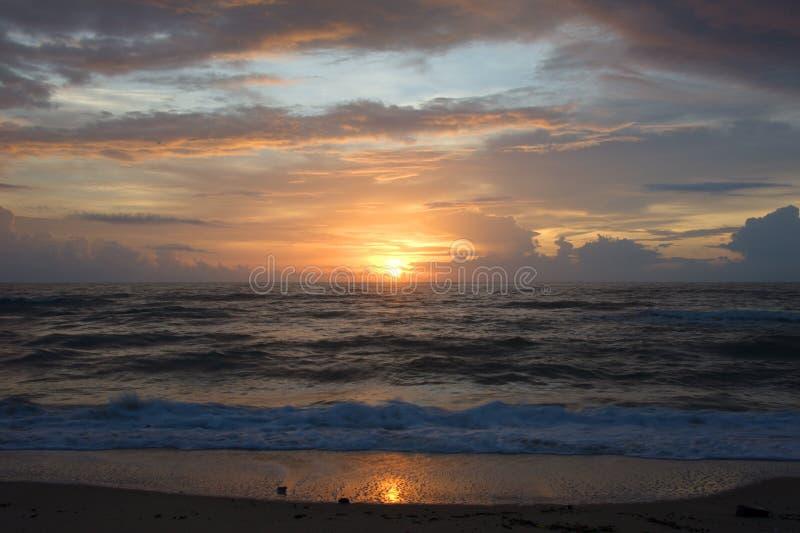 Paysage d'océan avec la hausse du soleil pour des milieux image libre de droits