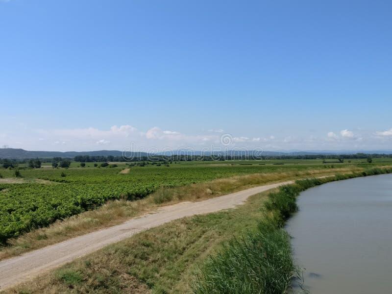 Paysage d'un vignoble et d'une rivière dans les sud des Frances photographie stock