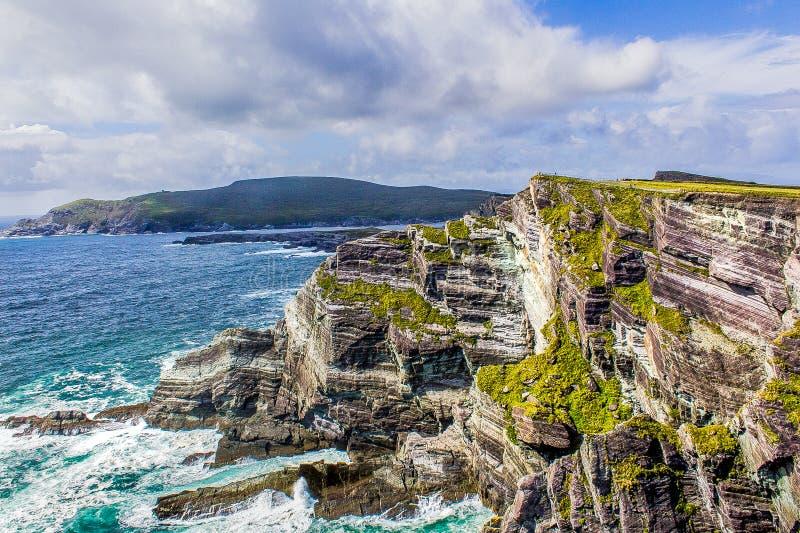 Paysage d'une falaise irlandaise pendant l'été image stock